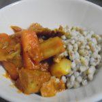 根菜とポークのカレー、ソバの実を添えて