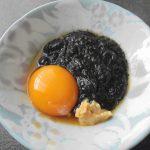 アカモクには卵黄と米麹味噌でいただきます