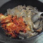 馬肉 の味噌煮込みは米麹の白味噌、これにキムチが雰囲気